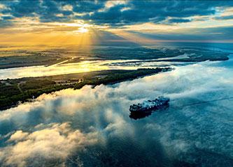 Arrangement Schiff auf Elbe